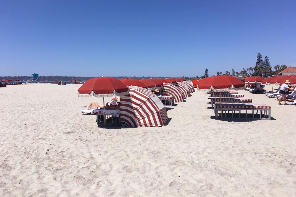 На пляже рядом с отелем стоят ряды шезлонгов, накоторых можно отдохнуть. Арендовать шезлонг можно за 25$, азонтик — за30$