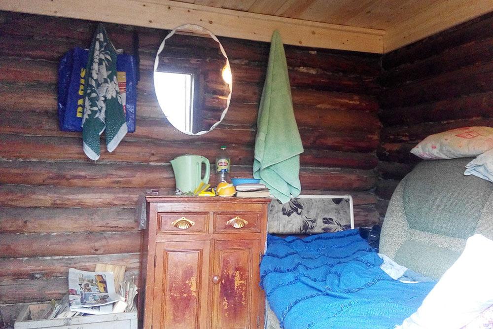 Для вип-гостей в бане есть индивидуальное спальное место с тумбочкой