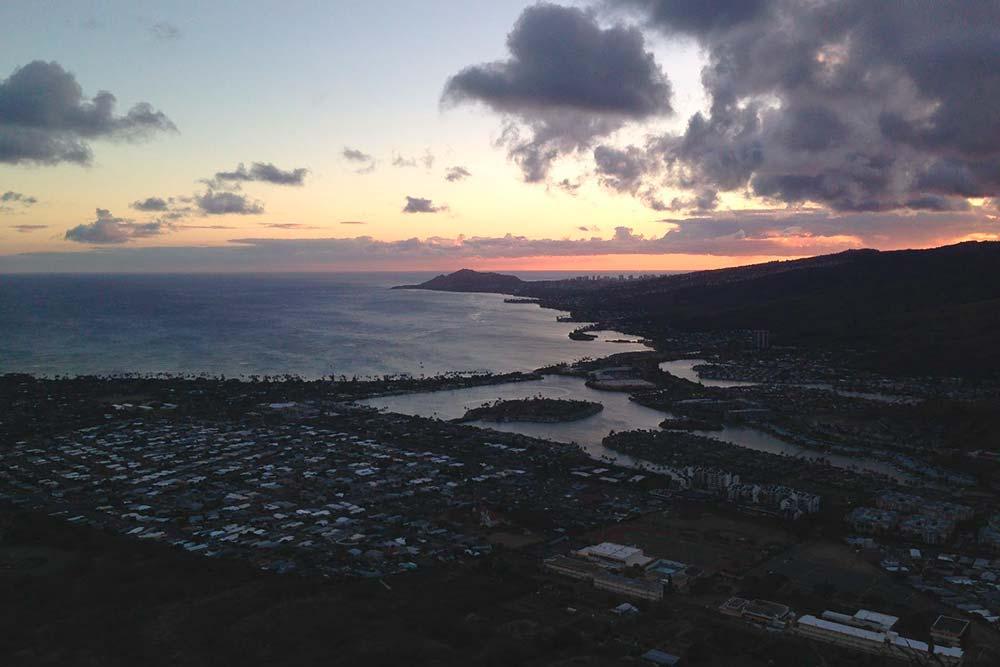Вид на пригород Гавайи-Каи свершины кальдеры Коко-Хэд навостоке Оаху