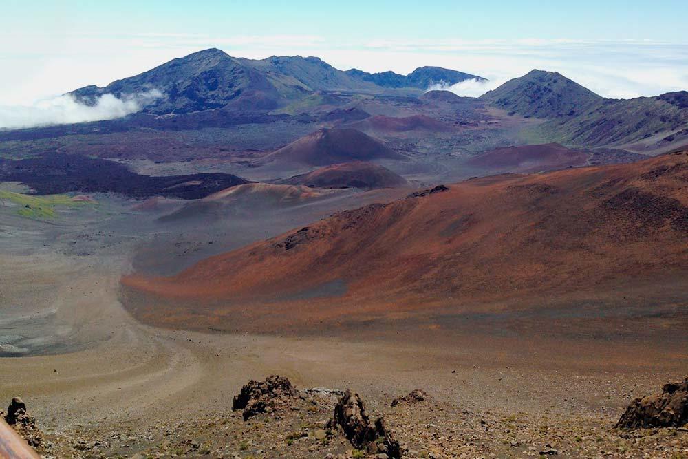 Вид на вулканические кальдеры с пешеходной тропы национального парка Халеакала