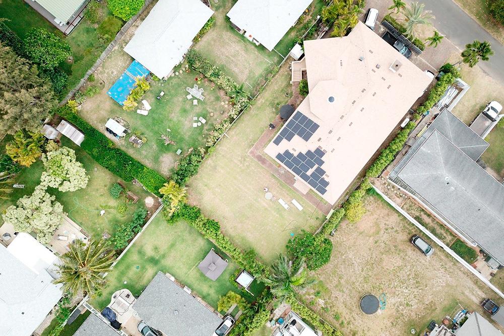 Вот так выглядит наш арендованный дом сдрона — он вцентре ссолнечными панелями