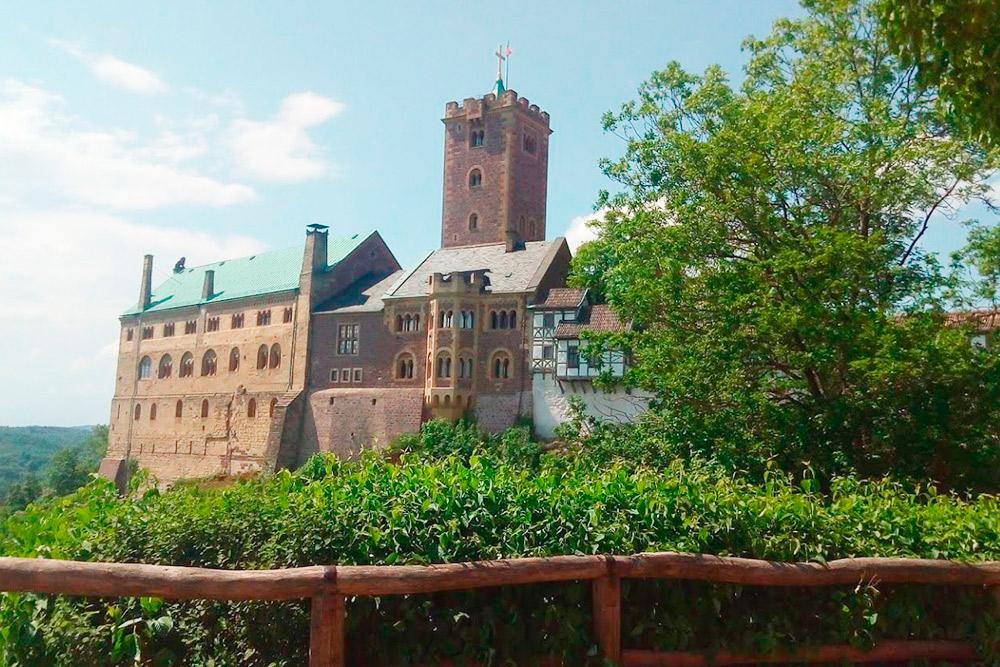 Замок Вартбург расположен недалеко от тюрингского города Айзенах, где родился великий немецкий композитор Иоганн Себастьян Бах. От Йены до него 90 км