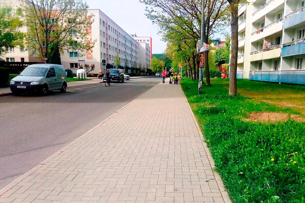 Слева дом, в котором я живу, — это типичная пятиэтажка времен ГДР. Но так как все дома покрашены, улицы убраны, а территория облагорожена, в районе нет гнетущей атмосферы, подобной той, что царит в похожих спальных районах с пятиэтажками в России