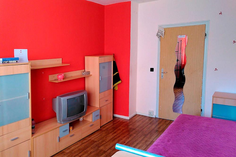 Так сейчас выглядит моя комната. Большинство немцев живут в съемном жилье, поэтому у них не принято делать дорогостоящий ремонт. Все квартиры, которые я смотрела, были очень скромными
