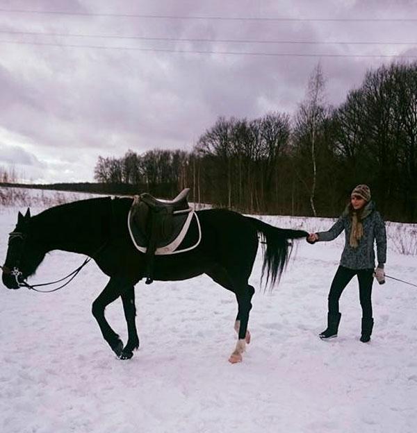 Всегда предупреждают, что к лошади нельзя подходить сзади. Это правда опасно. Дело в том, что у лошадей плохое боковое зрение. Если она видит шевеление сзади, чувствует опасность и отбивает задом. Но мой тренер учит лошадей доверять людям. Ее лошадей можно обходить сзади или делать упражнение «назад» за хвост. Лошадь не отбивает задними ногами и не боится. Но повторять такое с другими лошадьми опасно