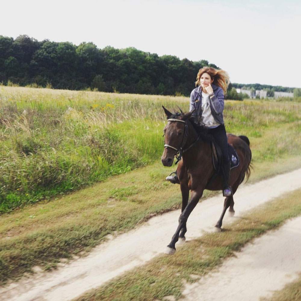 Лошади выглядят милыми и ласковыми, но на самом деле они сильные, своенравные и очень свободные. Справиться с воспитанием можно, если уважать природные качества и развивать их. Тогда на лошади хоть куда
