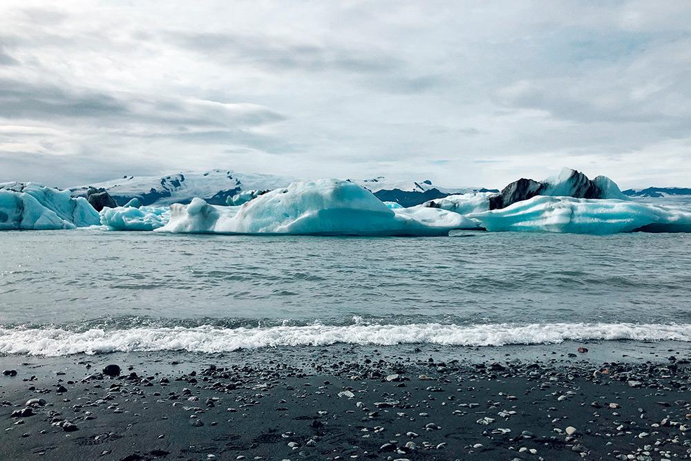 Неподалеку от этого ледника мы наткнулись на табличку, установленную в память о двух безвести пропавших немецких туристах. Она произвела на меня очень сильное впечатление