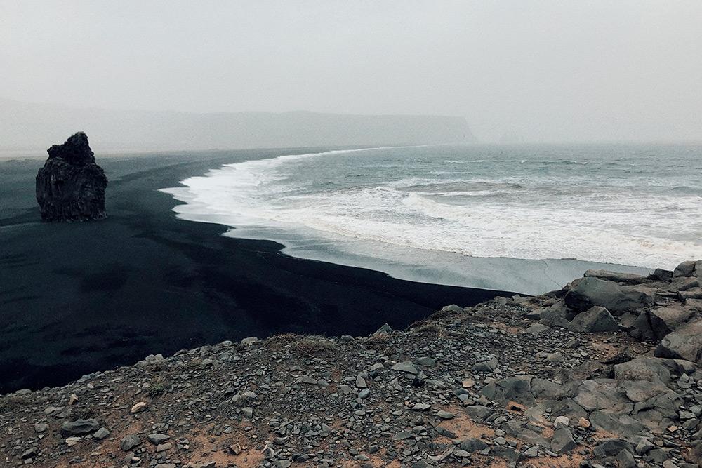 Черный пляж Вик с вулканическим песком и скалы Рейнисдрангар