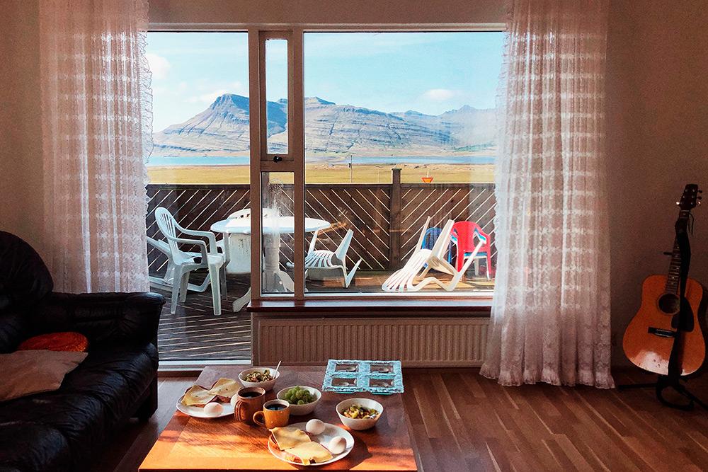 В Исландии заезд во многие гестхаусы проходит безучастия владельцев. Вам просто отправляют по почте код от входной двери или информацию, где найти ключ