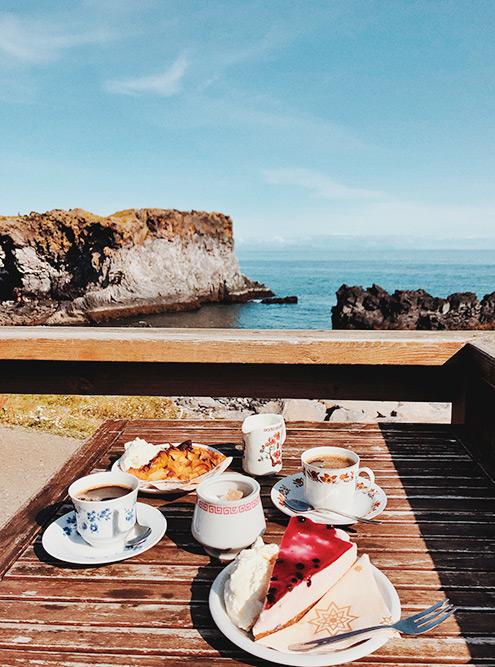 Кофе с пирогами и видом на скалы в кафе Fjöruhúsið Hellnum