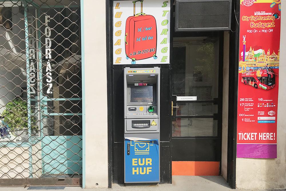В Будапеште очень много банкоматов, которые называются Euronet или просто ATM. В них наличные лучше не снимать — они берут комиссию от 5% с каждой операции
