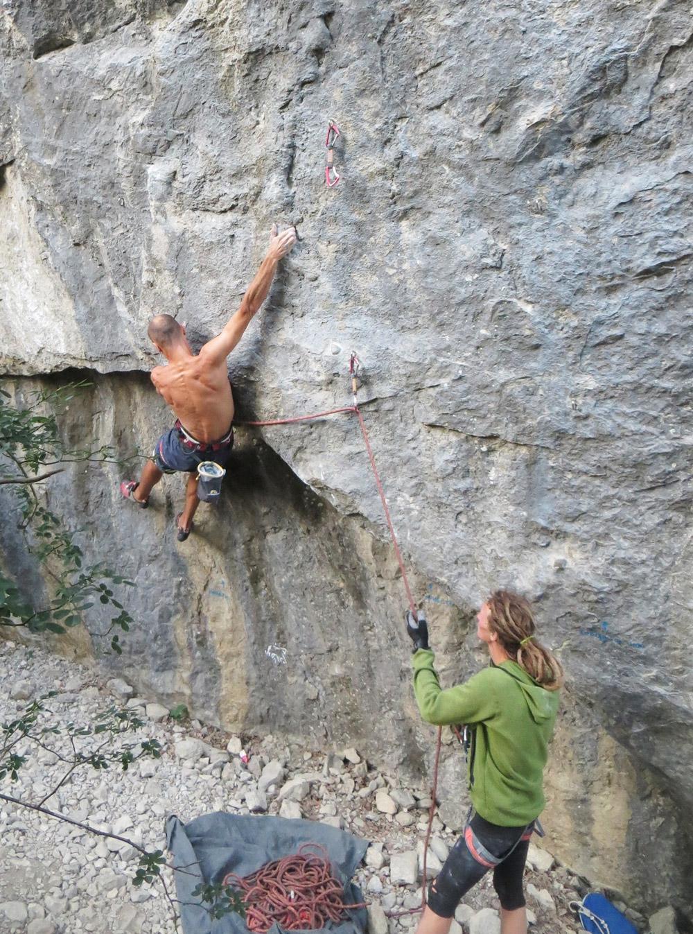 Страхующий контролирует веревку: если слишком натянуть ее, можно сорвать скалолаза, если оставить большую слабину — скалолаз упадет на землю