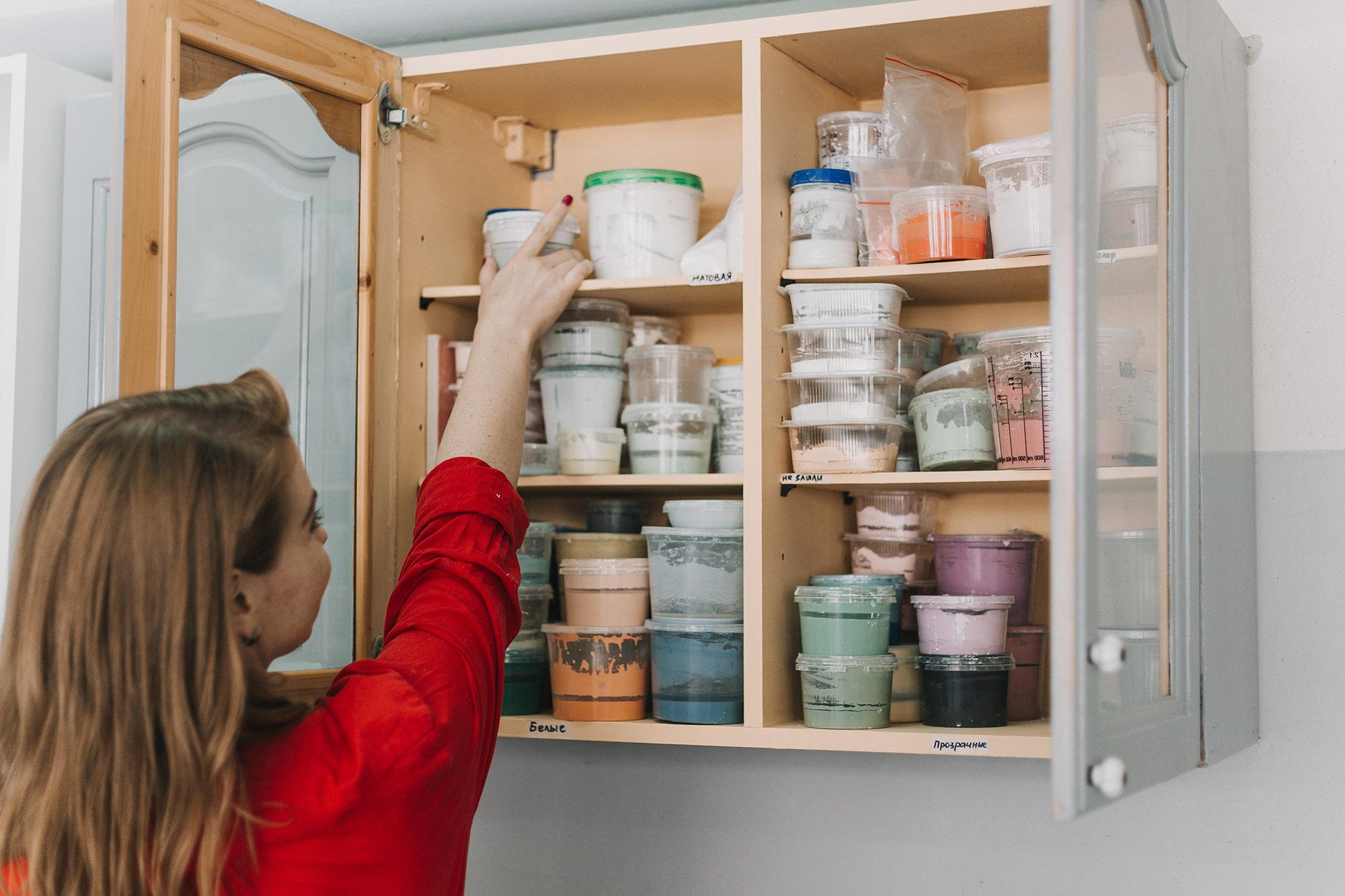 Ассортимент глазури «Мира керамик» девушки расширяют каждый месяц
