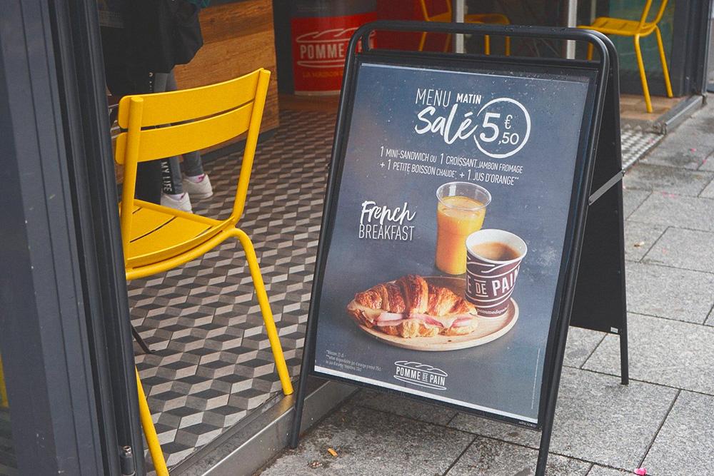 Сеть закусочных «Пом-де-Пан» (Pomme de Pain) предлагает утреннее меню за 5,5€ (391рубль), которое включает эспрессо, стакан апельсинового сока и круассан с сыром и ветчиной