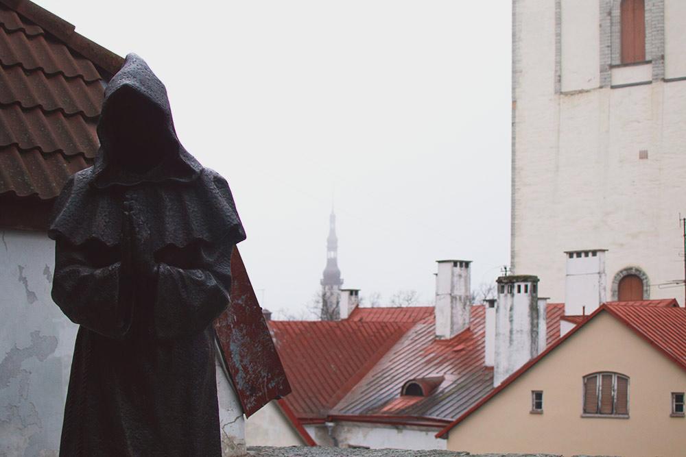 За безликим монахом в Саду датского короля — вид на церковь Нигулисте