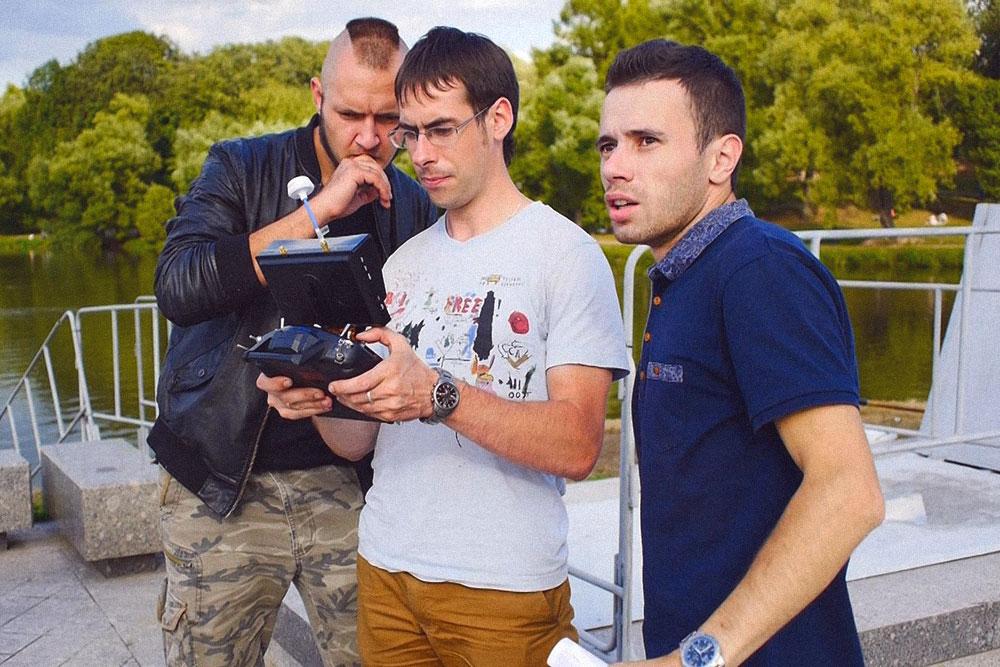 Я с заказчиками ролика для «Гормоста»: они сами выбирали ракурс съемки, я просто управлял камерой