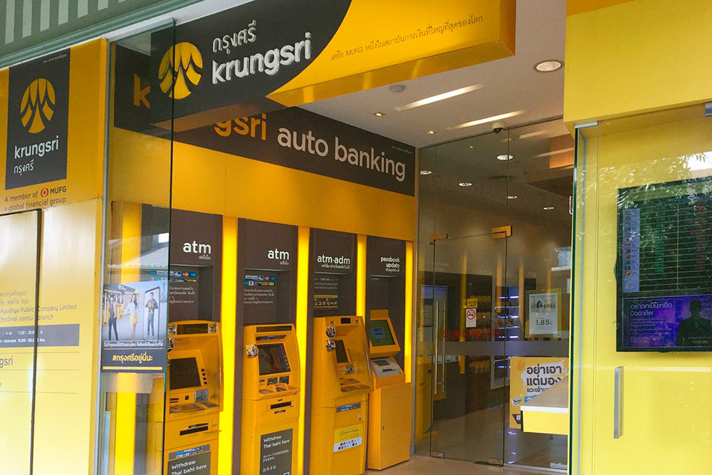 Удобнее всего оказалось снимать деньги в Krungsri Bank. Заметите его отделения и банкоматы по жизнерадостному желтому цвету