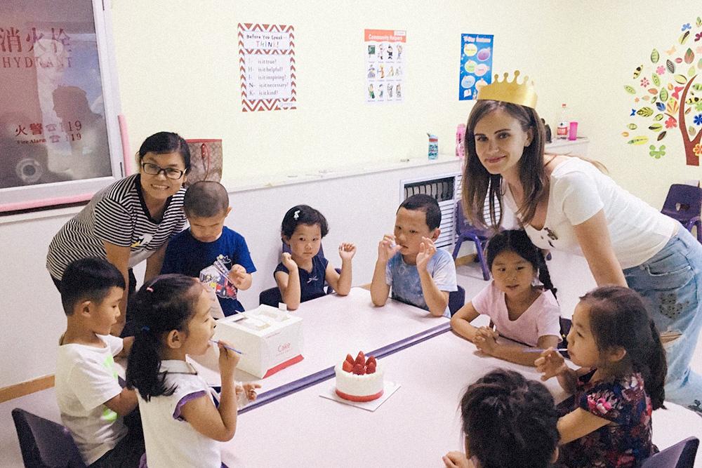 Начальница узнала о моем дне рождения и принесла тортик. В Китае в кондитерской с любым тортом обязательно дают корону, чтобы потом надеть на именинника