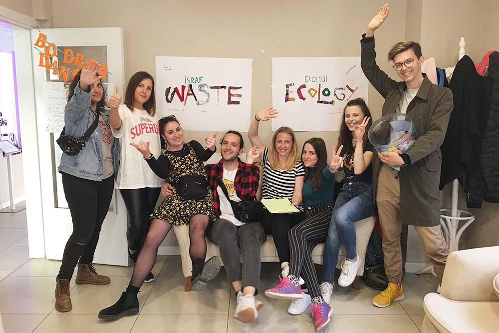Фото с тренинга для школьников, который проводили несколько волонтеров из нашей группы: они в игровой форме рассказывали о важности экологичного образа жизни, нарисовали плакаты и даже придумали песню и танец