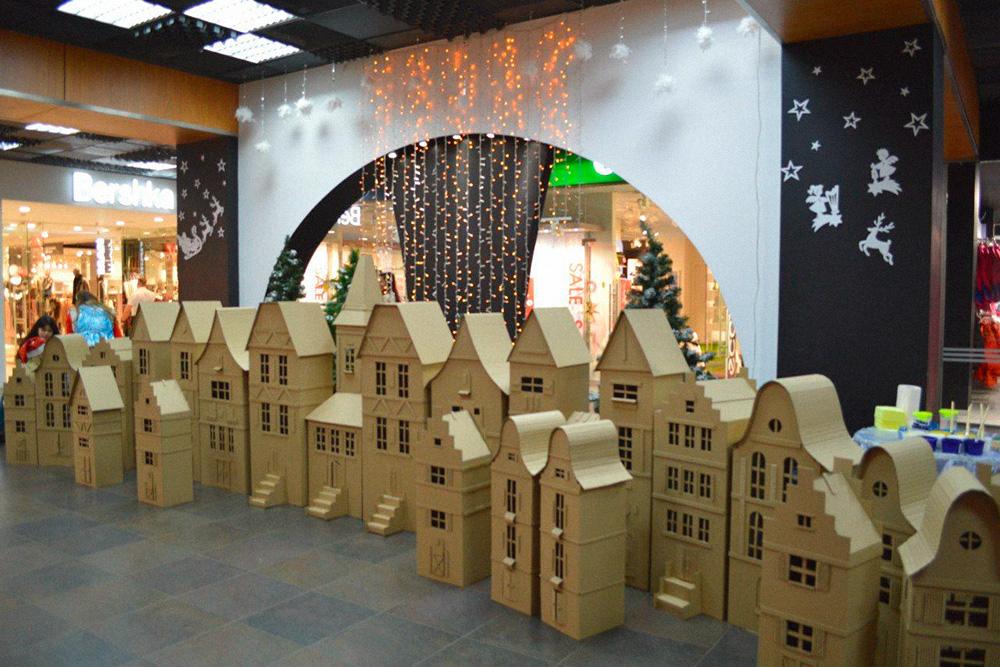 А это заготовки для мероприятия в ТЦ «Акварель». Александра сделала картонные домики, которые отдадут детям на раскраску