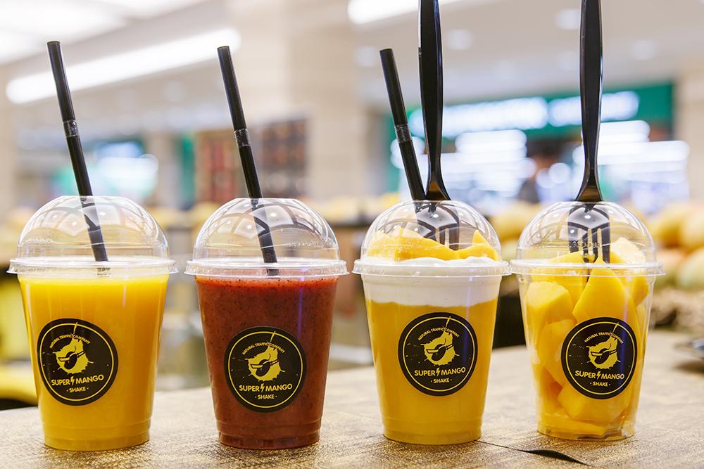 Сегодня мангошейки делают нескольких видов: со льдом, мороженым, сливками или ягодами. Например, с клубникой — как второй вариант слева на фото