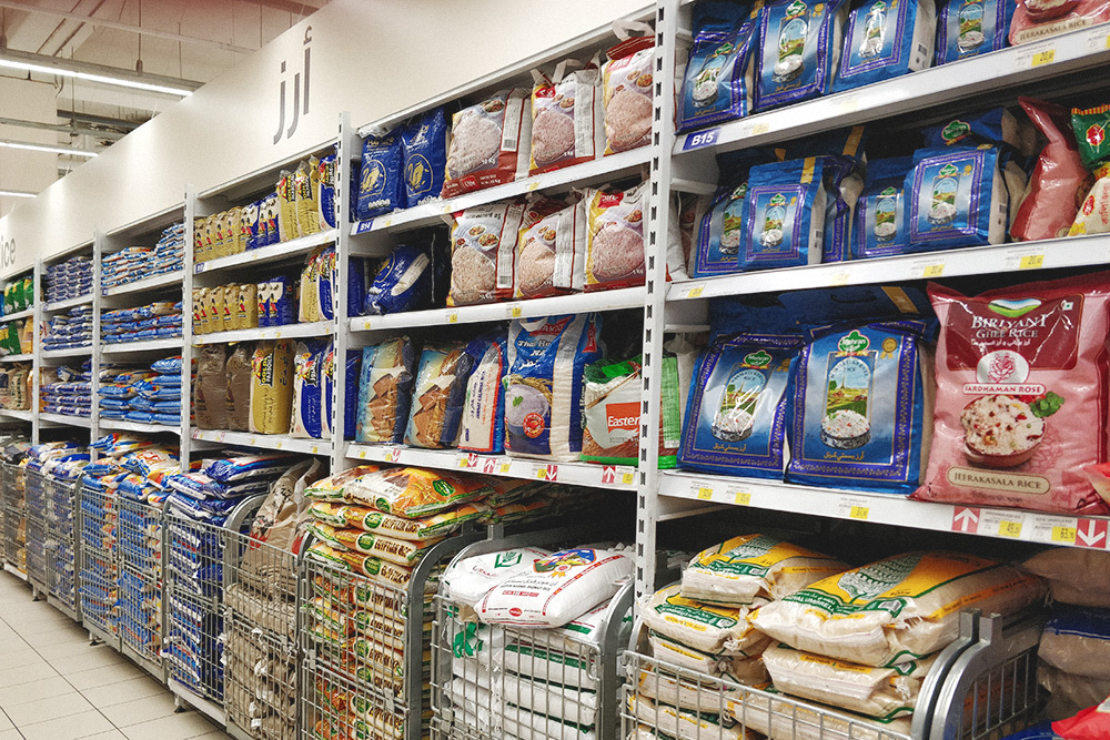 Секция риса в любом супермаркете Саудовской Аравии одна из самых больших. Рис — основа арабской кухни, и на Ближнем Востоке его едят в больших количествах