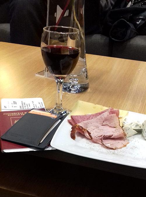 Бизнес-зал в аэропорту Кракова радует разнообразием деликатесов