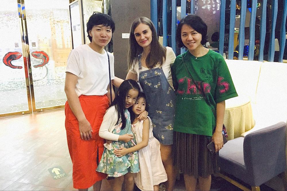 Родители моих бывших учеников узнали, что я уезжаю из Китая, — и угадайте что? Они пригласили меня на прощальный ужин! Мое последнее фото в Пекине за день до отъезда