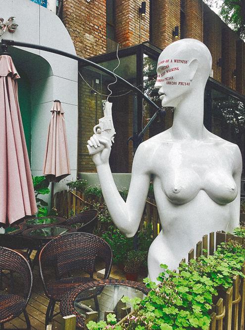 В арт-зоне 798 запросто можно встретить очень реалистичное изображение женской груди, несмотря на то что в китайском интернете запрещено показывать оголенные части тела