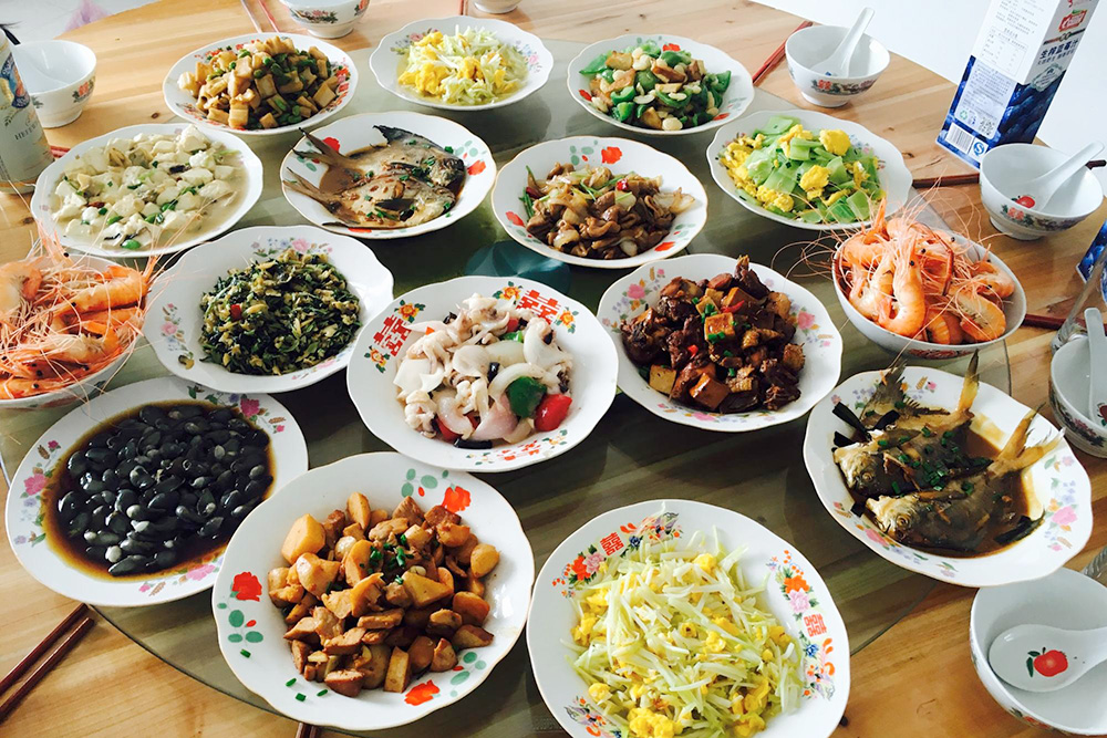Этот ужин приготовила семья в селе по случаю приезда гостей
