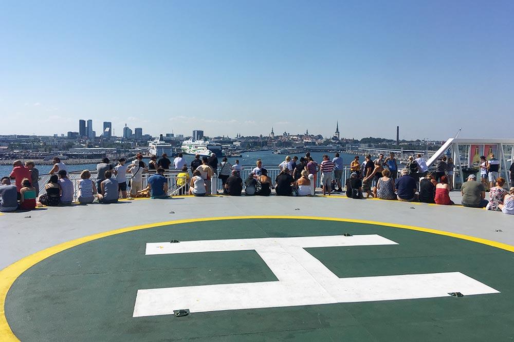 Разглядывать города с верхней палубы — отдельное развлечение для пассажиров. Здесь мы смотрим на Таллин