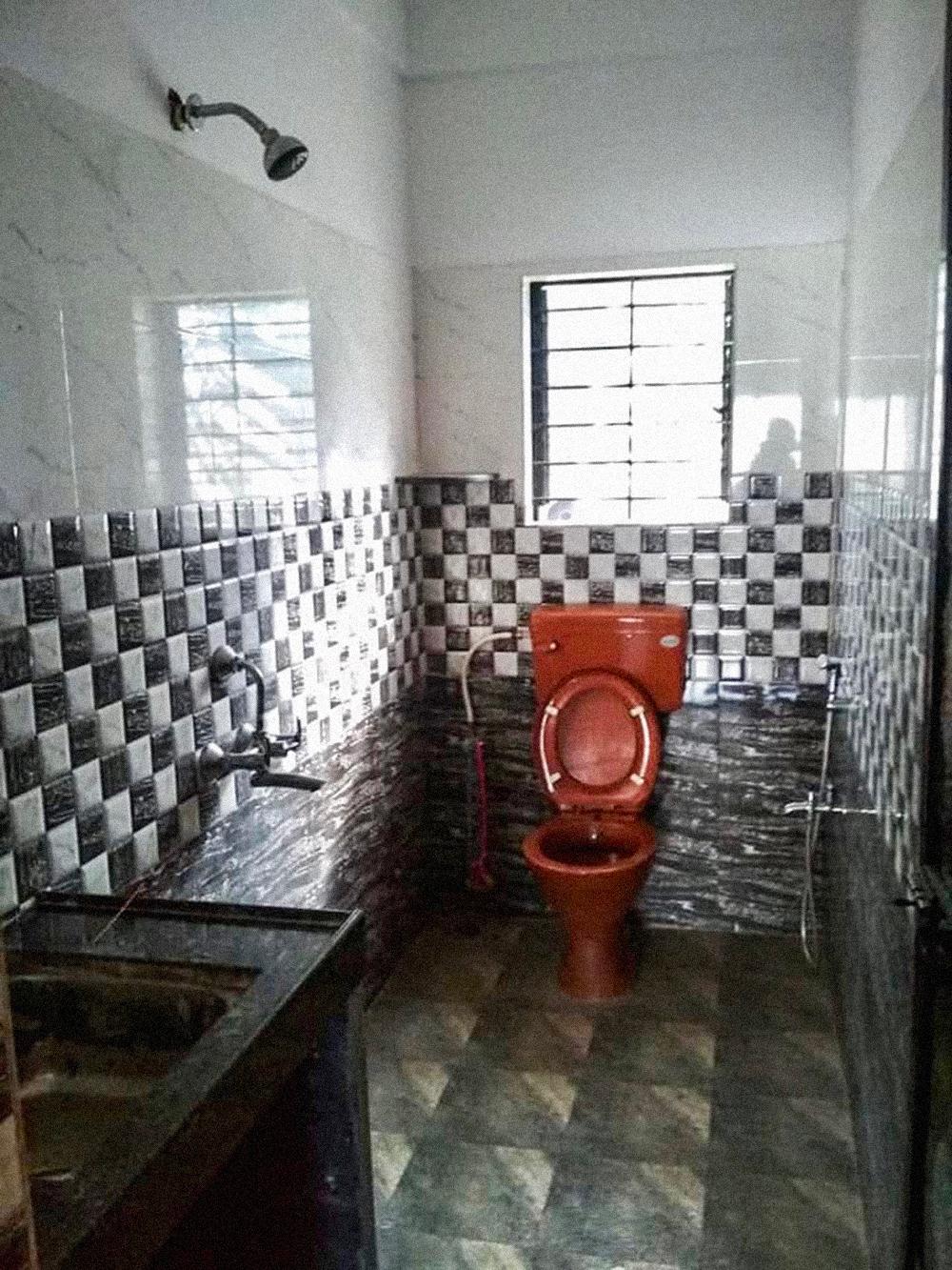 Такой санузел в Гоа ласково называют «душалет»: унитаз с лейкой для гигиенических потребностей, а рядом на стене обычный душ. Слив находится в углу, около унитаза