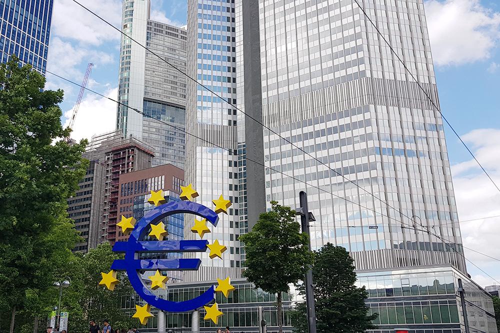 Один из символов Франкфурта — эмблема евро. Она установлена у бывшего здания Европейского центрального банка. В 2015году ЕЦБ переехал из центра города поближе к воде — на набережную