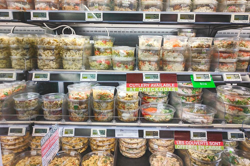 Холодильник с салатами в «Монопри». Одна порция салата с пастой или крупой, овощами, курицей или рыбой стоит от 4,5€ (320рублей)