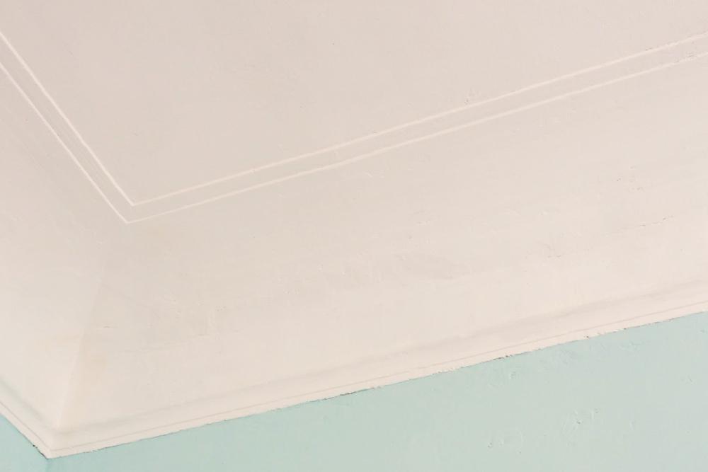 Эту часть потолка я показывала на фото в начале статьи — еще до ремонта. Протечка в углу теперь не так заметна, а трещин не видно. Поверхность выглядит просто неровной. Но дляменя это не критично