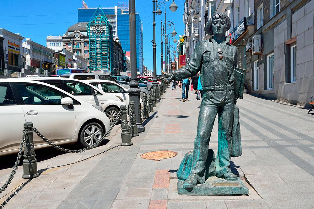 Памятник моряку советского торгового флота. Позамыслу авторов, он только что вернулся иззагранки, поэтому машину ловит ссумками и пластинками подмышкой. Фото: Shutterstock