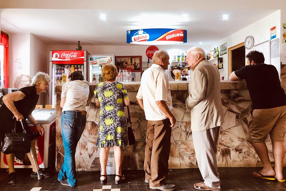 Венгерские путешественники в придорожном кафе недалеко от границы с Австрией