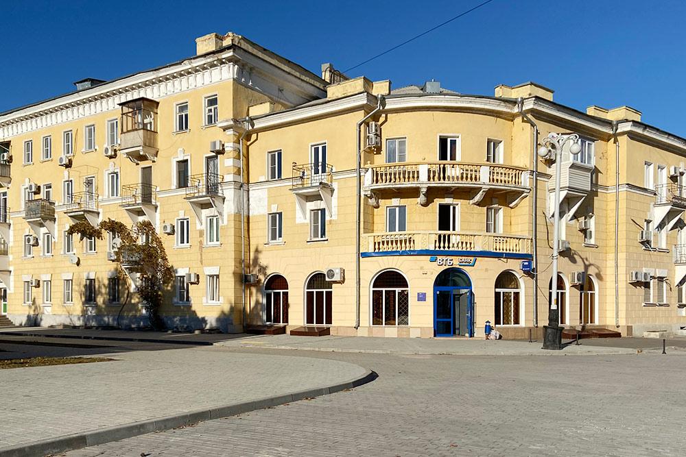 «Сталинка» на Октябрьской площади. Двухкомнатная квартира здесь стоит около 2,5 млн рублей