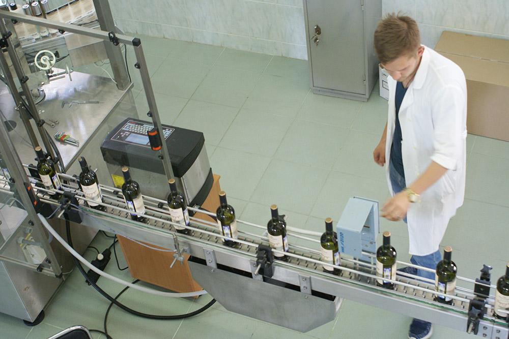 На экскурсии в «Мысхако» показывают весь процесс — от сбора винограда до сортировки винных бутылок