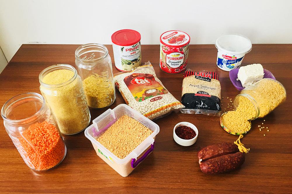На фото продукты, которые я никогда не покупала в России и спокойно жила: чечевица, булгур, томатная паста, кускус, копченая колбаса со специями, натуральный йогурт, белый сыр. В Турции это все — неотъемлемая часть ежедневного рациона