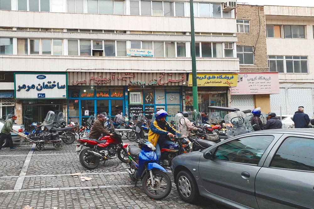 Обычно в центр города едут любоваться красотой старинной архитектуры. Тегеран — первый город в моей жизни, где это не так