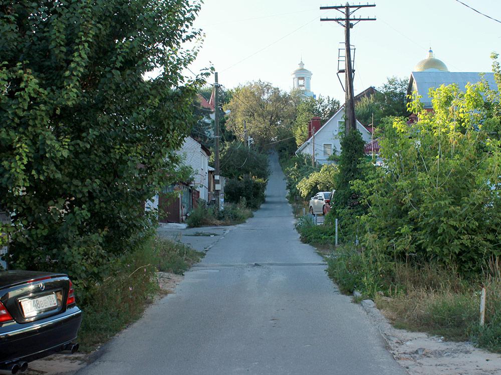 Типичная улица в частном секторе на правом берегу. В пяти минутах ходьбы проспект Революции — главная улица города