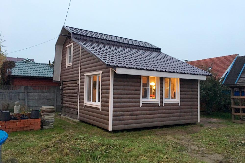 Маленький домик переделали из старой бани. Почти всё хозяева делали сами, также помогали друзья