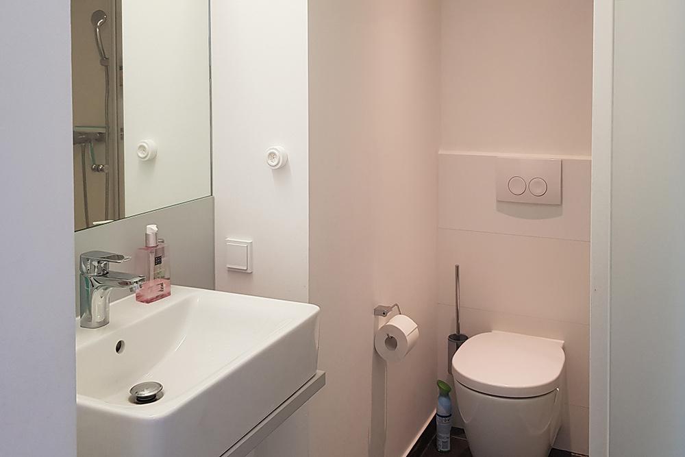 В ванной комнате места немного. Зато у меня просторная душевая кабина и новенькая сантехника