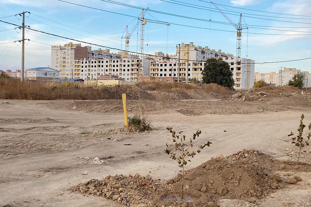 Русское Поле — район высоток. Строители расчищают землю подстроительство еще нескольких новых домов