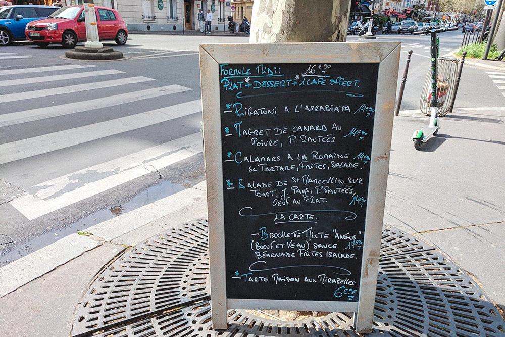 В бистро L'Absolut на обед предлагают выбрать основное блюдо из тех, что помечены звездочкой. Десерт в меню только один, зато к нему в подарок дают кофе. Стоит это все 16,9€ (1200рублей)