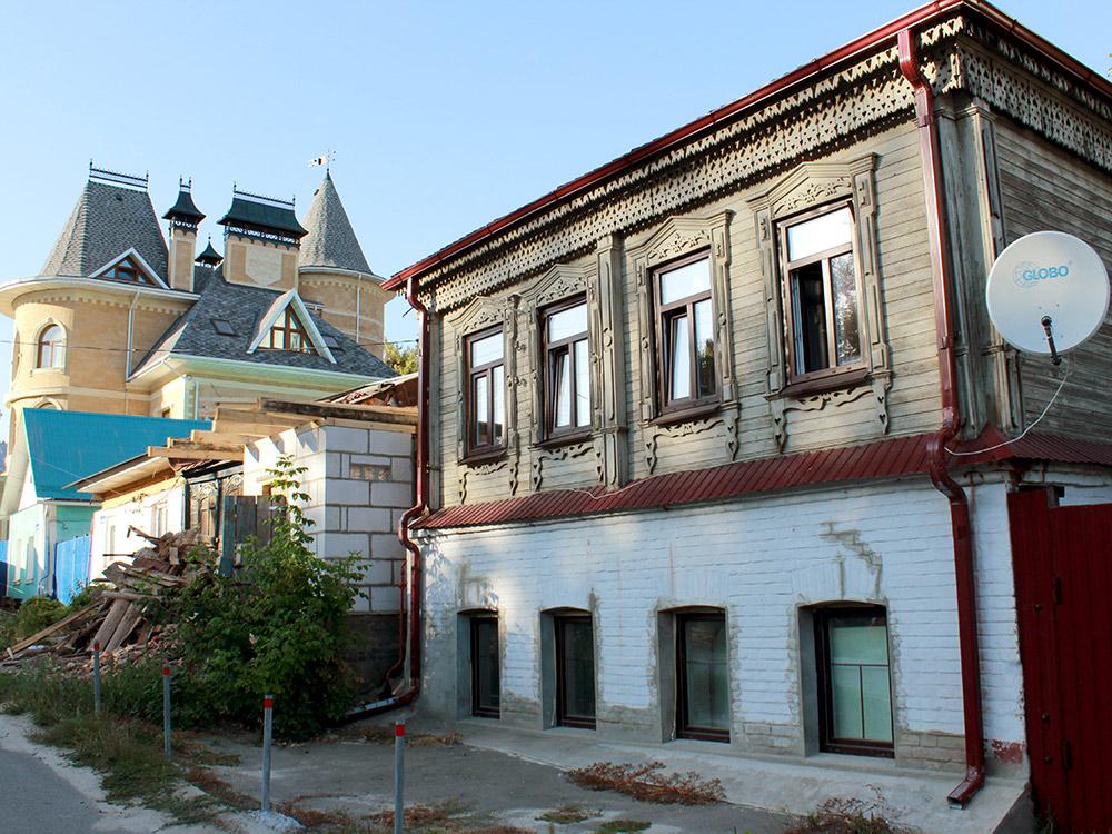 Старинный дом 19-го века и новый коттедж рядом с ним в частном секторе. До центра города 10 минут пешком, до набережной и водохранилища — 5 минут