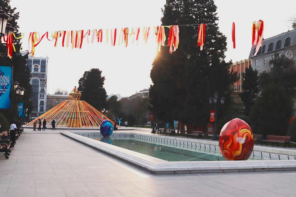 Площадь фонтанов украшают к празднику Новруз