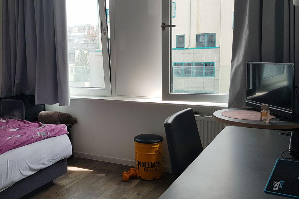 В моей квартире есть все необходимое: мебель, кухонная техника, телевизор. Дляполного счастья не хватает посудомоечной машины и, пожалуй, кондиционера. Впрочем, кондиционер тут практически нигде устанавливать не разрешают — берегут фасады