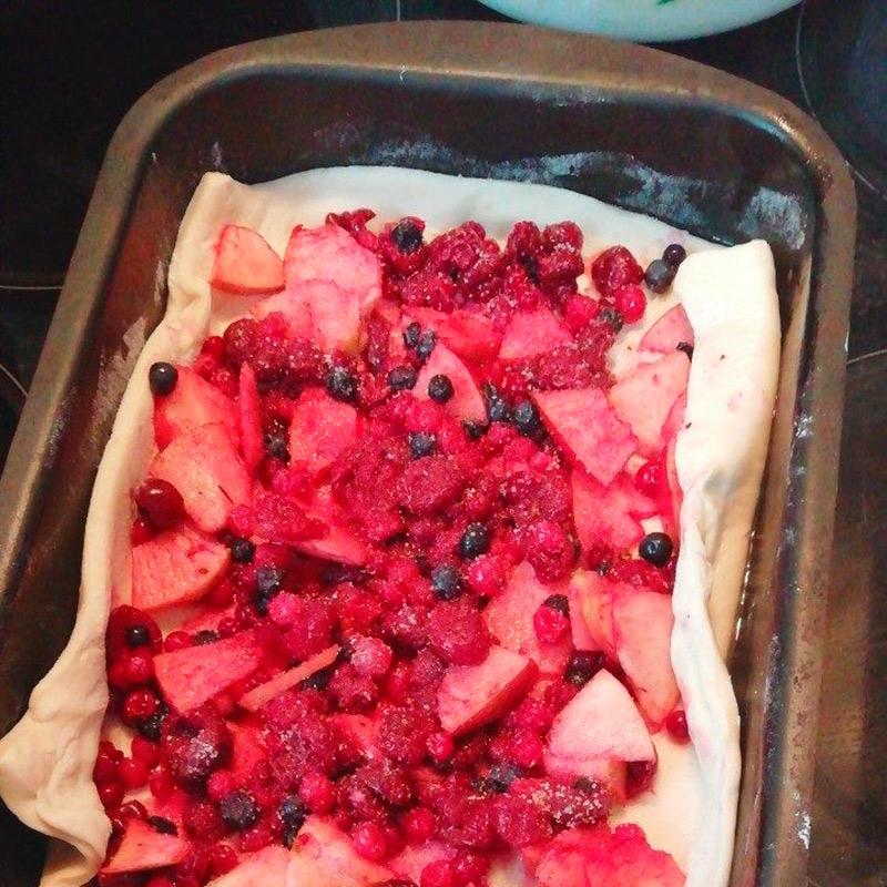 Подготовленный пирог с начинкой. Сверху заливается жидким тестом